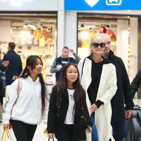PHOTOS – Laeticia Hallyday arrive en France avec sa mère, Jade et Joy: le sourire d'une conquérante