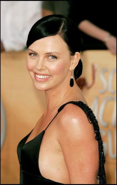 2005 : Charlize Theron redevient brune cette année là. Elle porte les cheveux noir à merveille. Tirée à quatre épingles, elle était présente pour le 11 ème Screen Actors Guild Awards à Los Angeles.