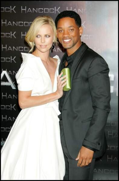 2008 : Pour la première de Hancock, Charlize Theron porte une jolie robe blanche à grand décolleté et arbore de nouveau sa chevelure blonde. Ici, elle porte un chignon sophistiqué et moderne.