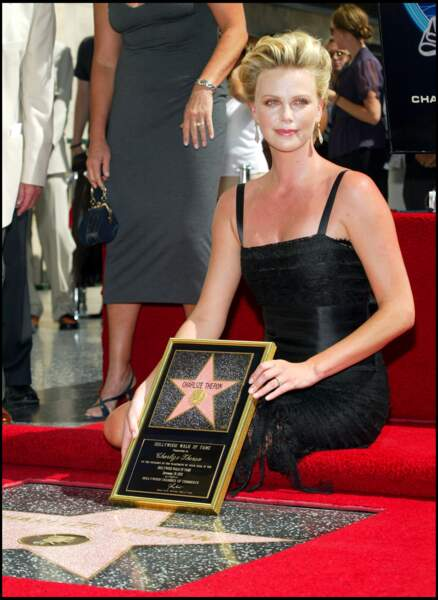 2005 : Les cheveux bombés et relevés, Charlize Theron reçoit son étoile hollywoodienne. Une coupe qui va bientôt devenir emblématique.