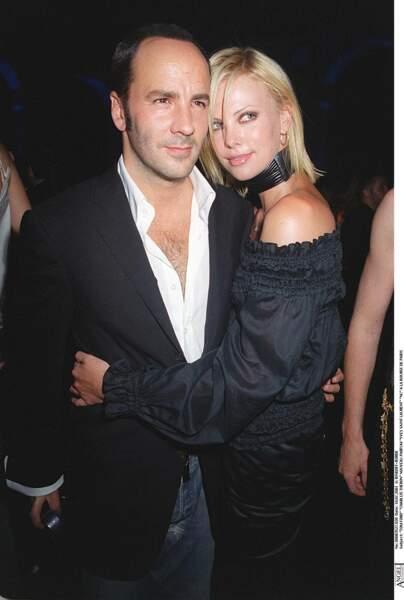 2001 : La jolie Charlize Theron adopte la coupe très raide. Son blond est prononcé et elle porte la mèche de côté. Elle est au bras de Tom Ford pour l'inauguration du nouveau parfum de Yves Saint Laurent à Paris.