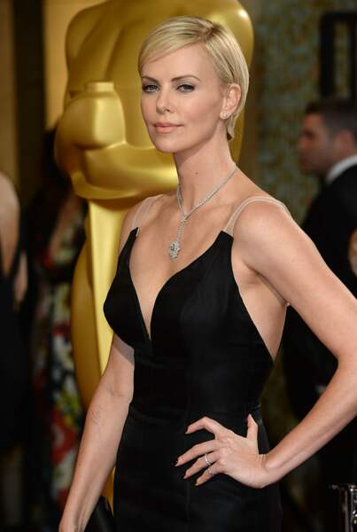 2014 : Les cheveux de Charlize Theron ont repoussé, elle porte de nouveau une couleur blonde. Une mèche légère couvre un peu son front. L'actrice est très galmour pour se rendre à la 86 ème Cérémonie des Oscars.