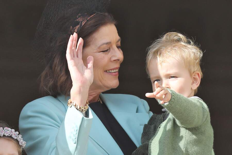 La princesse Caroline tente d'apprendre à son petit-fils de saluer la foule, plutôt que de la pointer du doigt