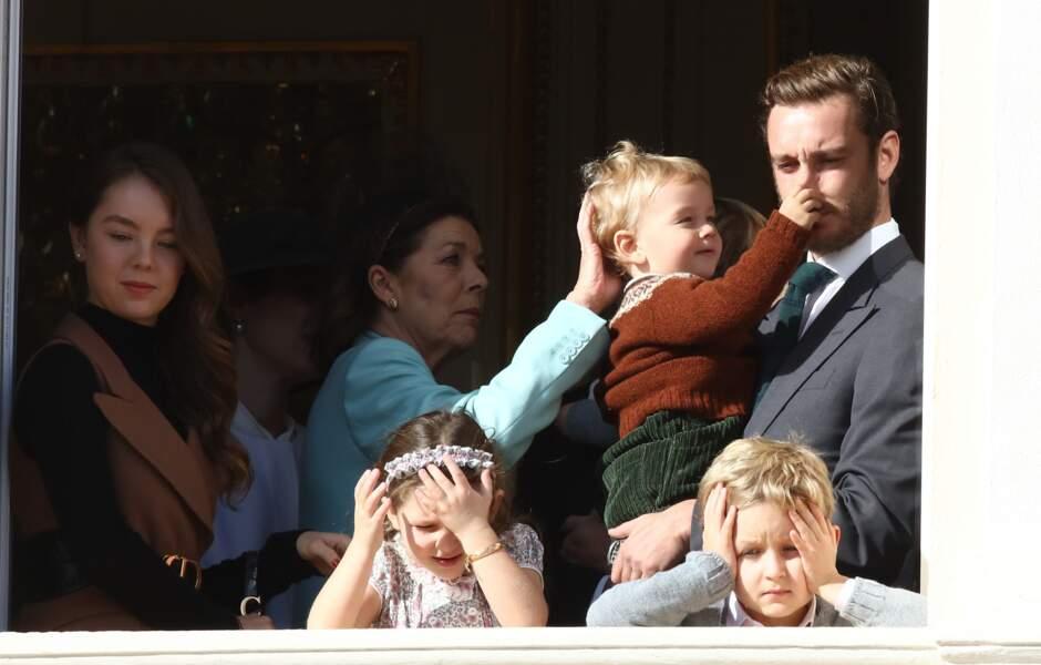 Trop mignon ! Francesco tire le nez de son papa, pendant que sa grand-mère lui caresse les cheveux