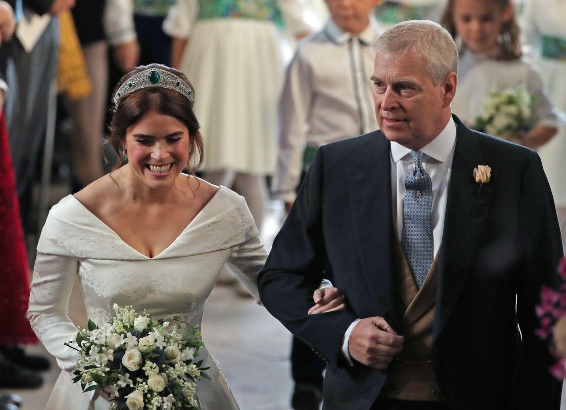 Eugenie d'York, tout sourire lors de son mariage le 12 octobre 2018. La princesse avait été conduite devant l'autel par son père, le prince Andrew. Ce qui ne sera peut-être pas le cas de sa soeur, Beatrice