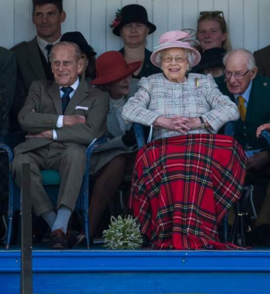2 septembre 2017 :La reine Elizabeth II et le prince Philip, assistent aux jeux de Braemar en Écosse et s'amusent comme des enfants.