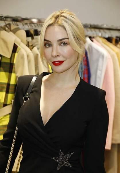 L'actrice Alix Bénézech avait opté pour une robe noire et un rouge à lèvres rouge à la soirée PAROSH.