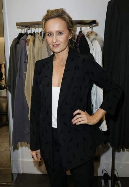 Tailleur noir et haut blanc, Caroline Roux très élégante au Montaigne Market pour la soirée Disco PAROSH.