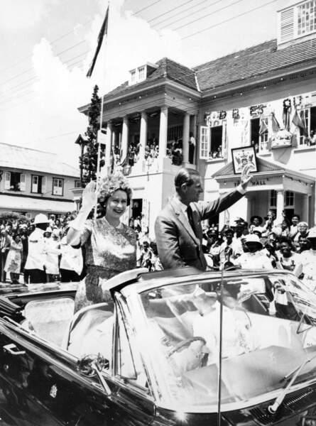 11 février 1966 : La Reine Elizabeth et le prince Philip, tout sourire lors d'un voyage dans les Caraîbes.
