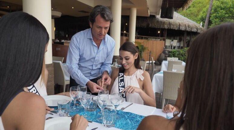 Jérémy Côme apprenant aux prétendantes au titre de Miss France l'art de bien tenir ses couverts, à Tahiti, le 20 novembre 2019.