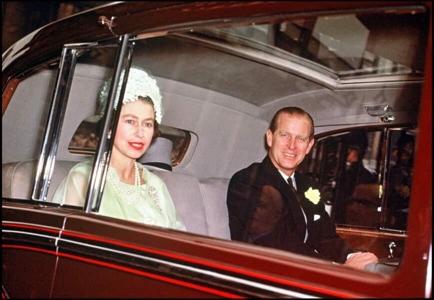 1963 : Toujours sous les feux des projecteurs, le prince et la reine d'Angleterre en voiture.