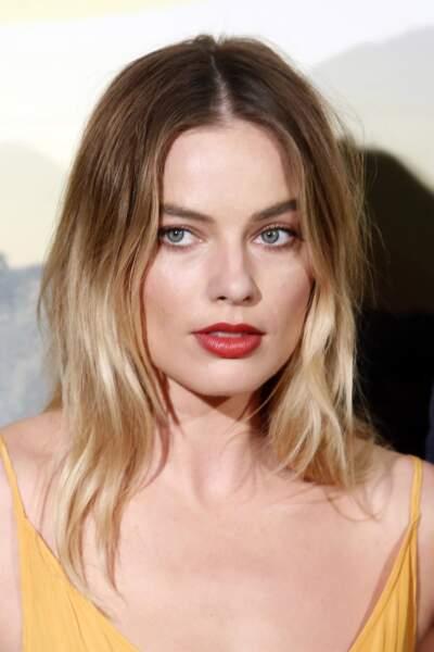 Australienne régnant sur à Hollywood, Margot Robbie dompte ses cheveux fin en leurs donnant un jolie mouvement wavy