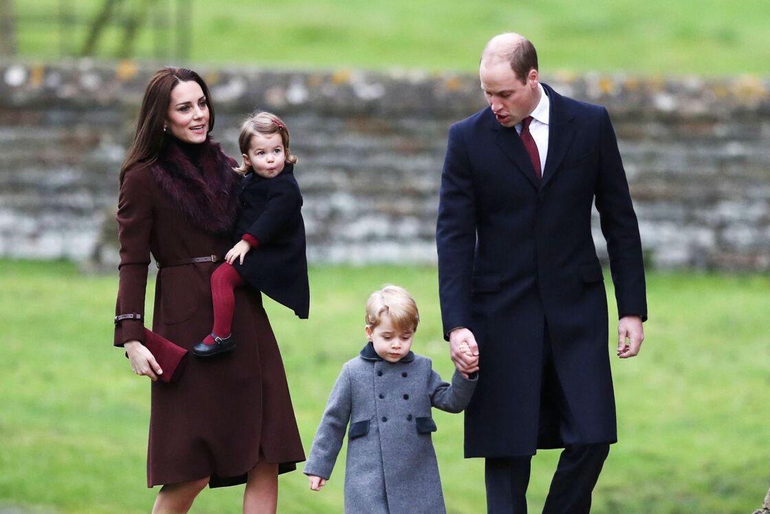 Kate Middleton et Prince William avec George et Charlotte, arrivent à la messe matinale de Noël à l'église St Mark d'Englefield, dans le Berkshire, au Royaume-Uni, le dimanche 25 décembre 2016.
