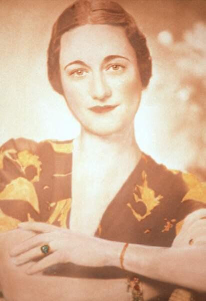 Wallis Simpson était l'épouse d'Edward VIII, roi du Royaume-Uni du 20 janvier au 11 décembre 1936. Mais abdique quelques mois après sa prise de fonction à cause même du scandale portant sur son mariage. Edward VIII a acheté une bague Cartier en or jaune montée d'une émeraude de 19 carats entourée de diamants.