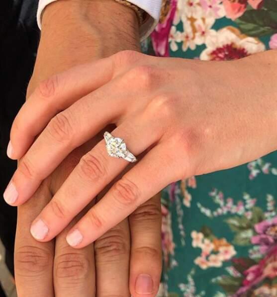 Zoom sur la bague de fiançailles de Beatrice d'York. Le bijoux de la princesse Beatrice est entièrement en diamants tout comme celle de sa grand-mère, Elizabeth II. La pièce, unique, vient du créateur de bijoux britannique Shaun Leane.