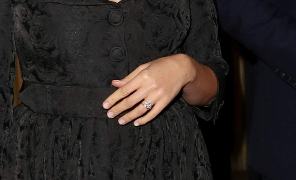Zoom sur la bague de fiançailles de Meghan Markle, qu'elle porte quasiment tout le temps avec son alliance.