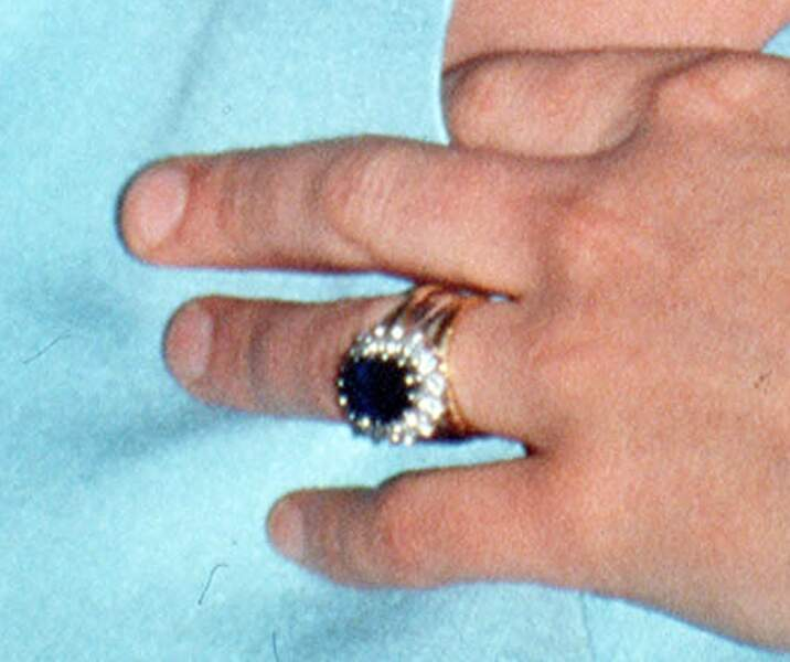 Zoom sur la bague de mariage de Lady Di'. La bague est composée d'un saphir de 18 carats ainsi que de 14 diamants qui l'entoure.