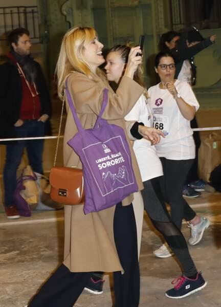 """Le 25 novembre, à Paris, Julie Gayet s'est rendue à l'événement """"La nuit du Relais"""" organisé par la Fondation des Femmes pour agir contre les violences faites aux femmes et les féminicides."""