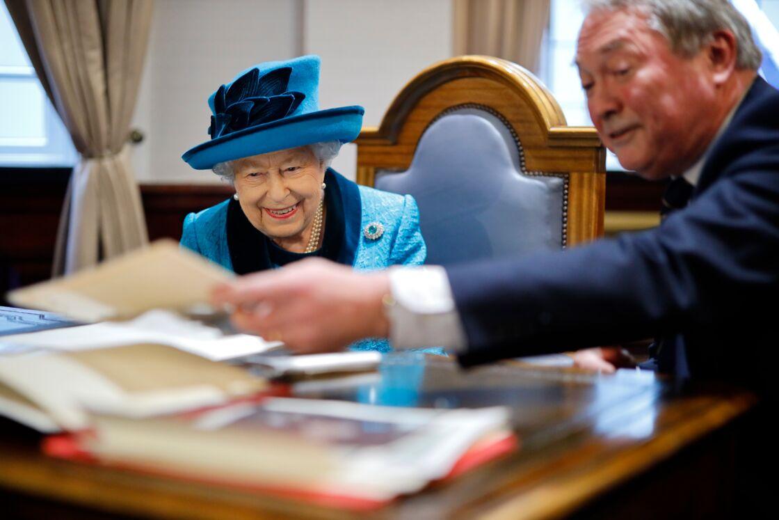 Elizabeth II, réjouie de découvrir des lettres écrites par son grand-père, George V, le 26 novembre 2019.