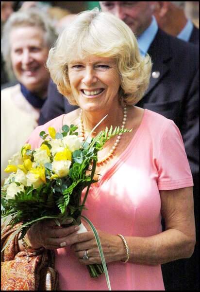 Camilla, Duchesse de Cornouailles, porte sa bague de fiançailles. La duchesse et son amoureux, le Prince Charles se sont mariés en 2005.