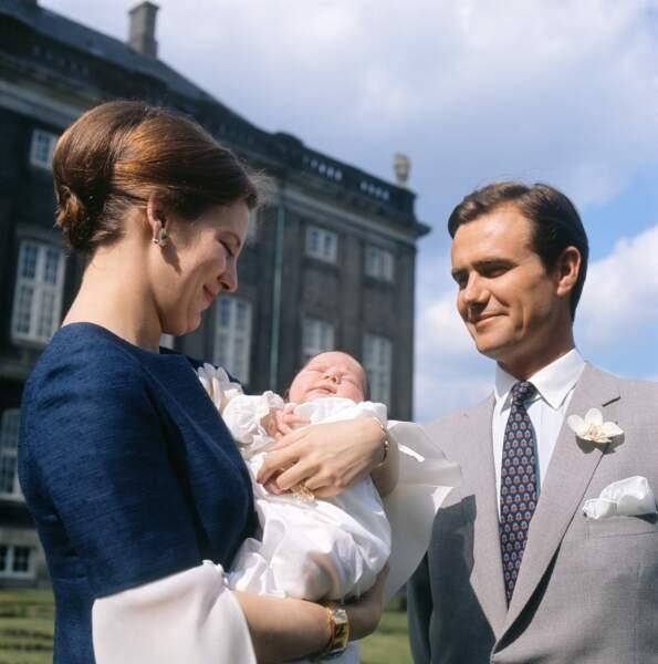 Henrik de Danemark et son épouse, la Reine Margrethe Juin 1969. Elle porte sa bague et son enfant.