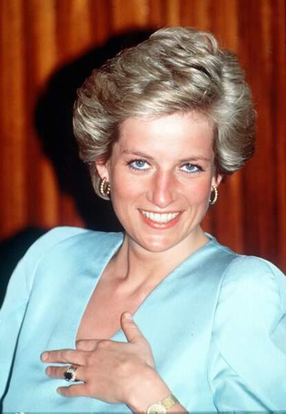 Lady Diana pendant un tour Royale au Cameroun. Elle porte au doigt sa bague de fiançailles dont Kate Middleton héritera.