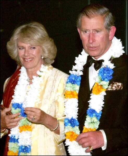 Le Prince Charles et Camilla se trouvent au Musée de la Science. Elle porte son bijoux fétiche.
