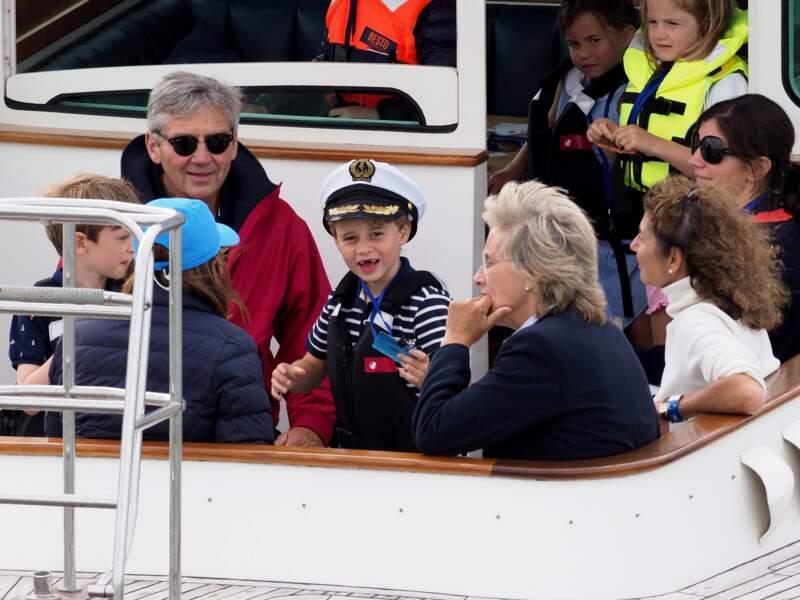 Le prince George et la princesse Charlotte avaient en effet embarqué sur un bateau avec leurs grands-parents maternels, pour encourager Kate et William.