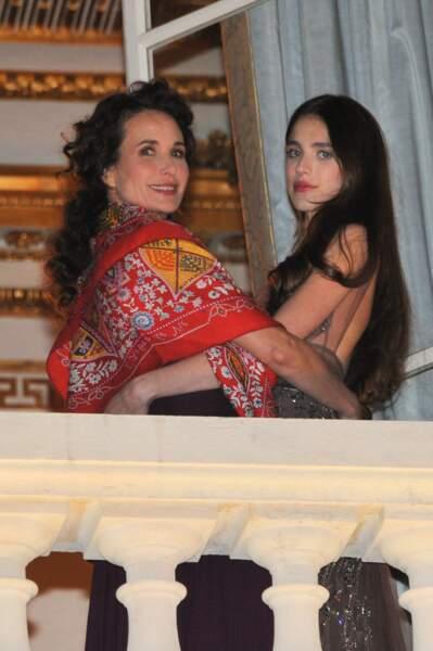 Margaret Qualley est la fille d'Andie Macdowell. Elles se trouvent au balcon de l'hôtel De Crillon à Paris, lieu où s'organise le bal des débutantes. La photo a été prise le 26 novembre 2011.