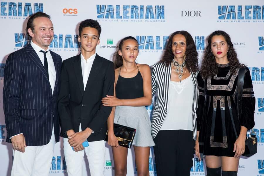 Vincent Perez avec sa femme Karine Silla et leurs enfants Iman, Tess et Pablo en juillet 2017. C'est son ainée Iman qui a participé au bal des débutantes.