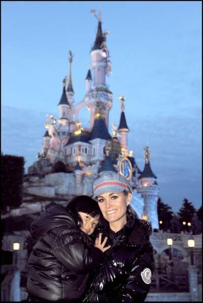 Jade et Laeticia Hallyday à disneyland Paris. Elles portent presque la même doudoune.