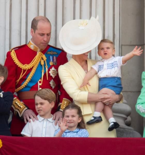 Très éveillé, le petit George s'est montré très enthousiaste devant le traditionnel survol de Buckingham par la Royal Air Force.