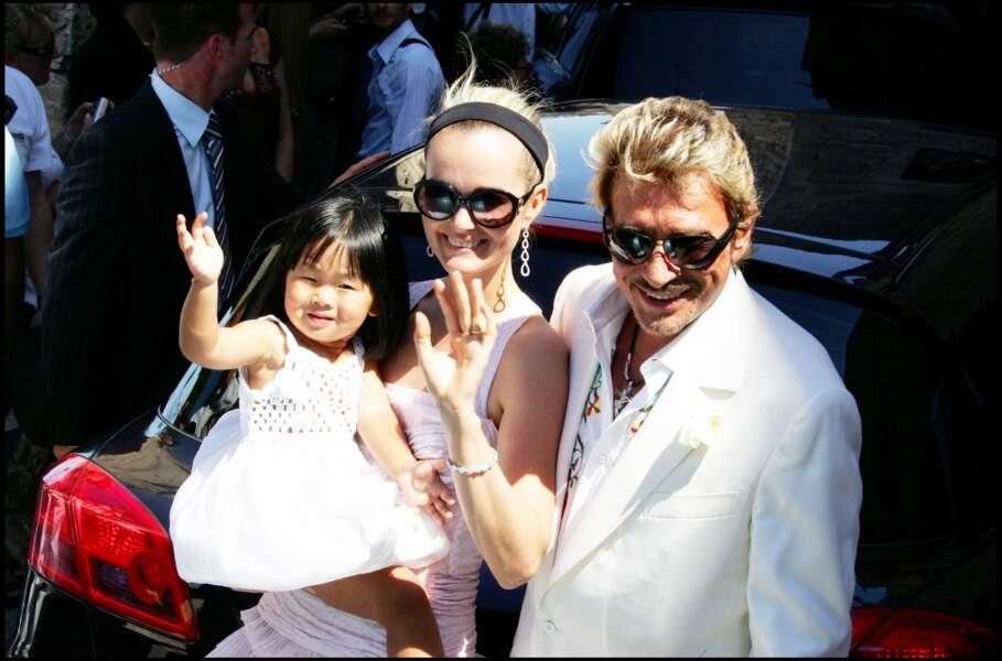 Johnny, Laeticia et Jade Hallyday ensemble dans le sud de la France. Toute jeune, Jade porte un carré court et une robe blanche très mignonne.