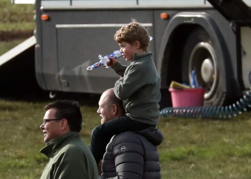 Le prince George sur les épaules de l'ex-rugbyman Mike Tindall, époux de Zara Tindall.