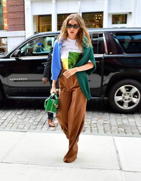 Lors de la Fashion Week de New York, Gigi Hadid a été aperçue avec un t-shirt signé Rihanna et sa marque FENTY.