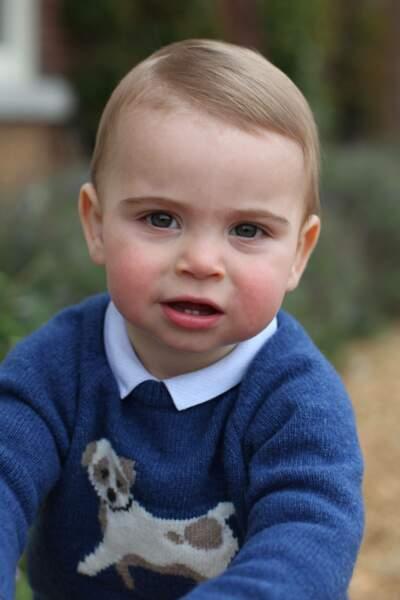 Une autre photo du prince Louis prise par sa mère pour célébrer son 1er anniversaire. Le benjamin des Cambridge porte un pull-over déjà vu sur sa soeur Charlotte. Mignon !