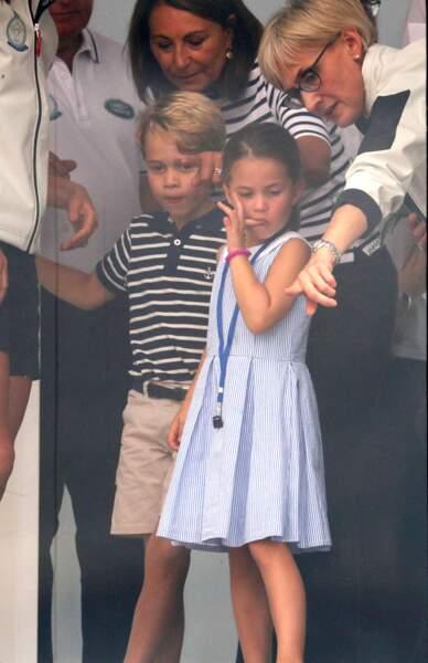 Le prince George et la princesse Charlotte lors de la remise de prix de la régate King's Cup, à laquelle participaient Kate et William au large de l'île de Wight, le 8 août 2019.