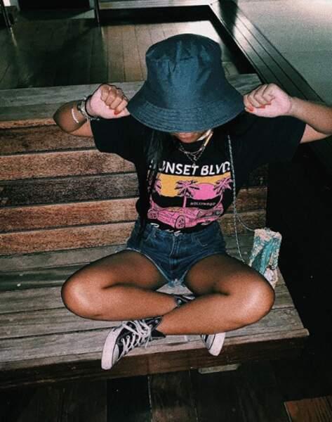 Jade Hallyday semble adorer les chapeaux. Toujours sobre mais stylé, la jeune adolescente porte un bob, un t-shirt imprimé et ses converses noir qu'elle porte régulièrement. La jeune adolescente a posté cette photo en septembre 2019 à Saint Barthélémy.