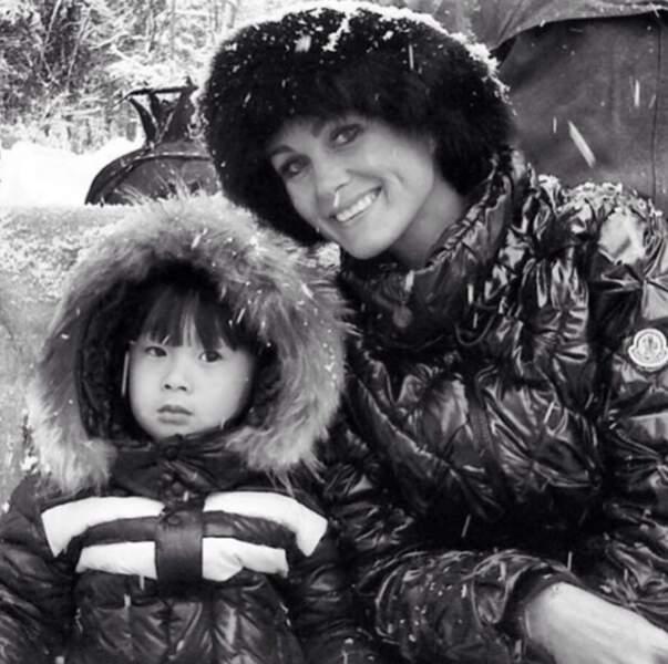 Jade et Laeticia Hallyday en esquimau sous la neige.