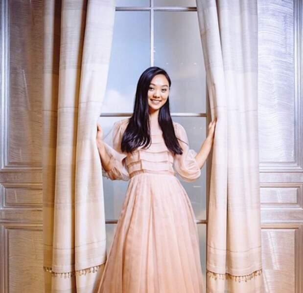 Jane Li est toujours étudiante, et la jeune fille de 19 ans à prévu de mettre en avant son engagement écologique. Elle a choisi une robe Christian Dior et se trouvera au bras de Henry Tompkins.
