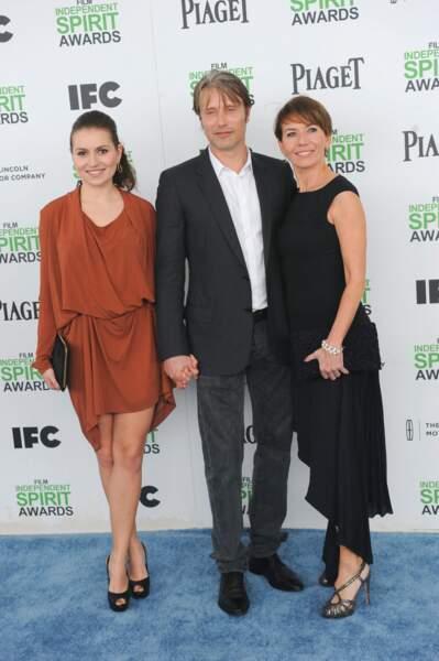 Mads Mikkelsen, Hanne Jacobsen and Viola Mikkelsen en 2014 à Los Angeles. La jeune fille a participé au bal des débutantes en 2014.