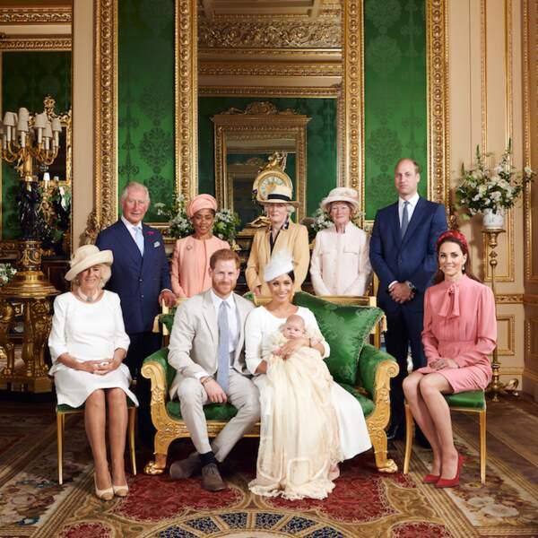 La photo officielle du baptême d'Archie, assis sur les genoux de sa mère Meghan Markle, à proximité de son père, le prince Harry. Ce 6 juillet 2019, avaient été réunis pour l'occasion : le prince Charles et Camilla, Doria Ragland, Lady Sarah McCorquodale et Lady Jane Fellowes (soeurs de Lady Di), le prince William et Kate Middleton.