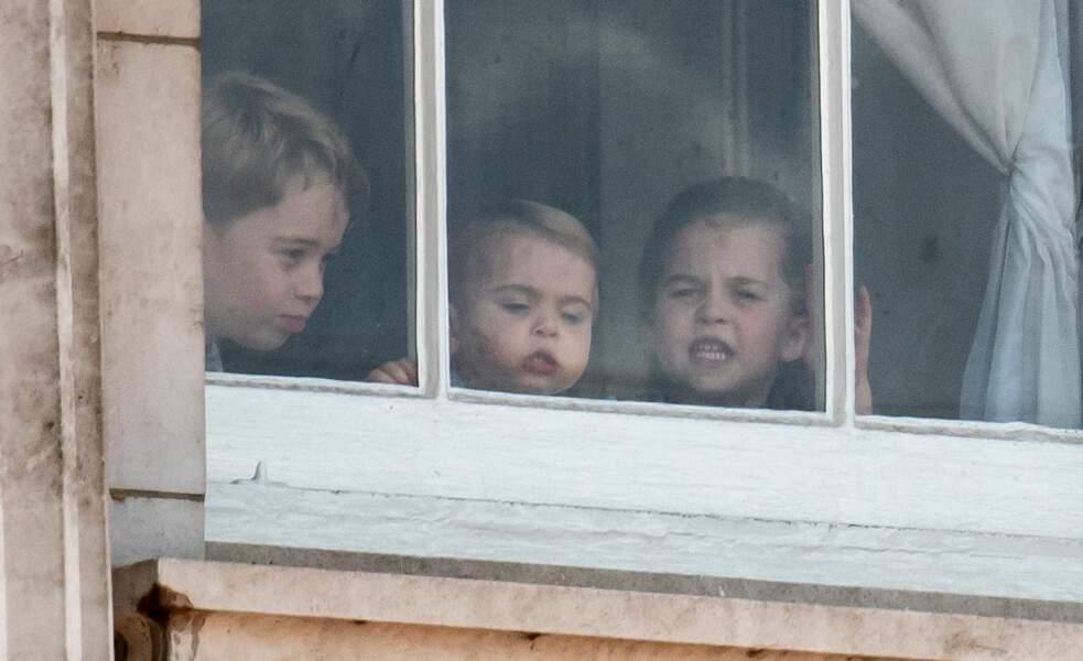 Avant d'apparaître au balcon de Buckingham, ce 8 juin 2019, George, Louis et Charlotte ont suivi les processions militaires derrière des vitres du palais.