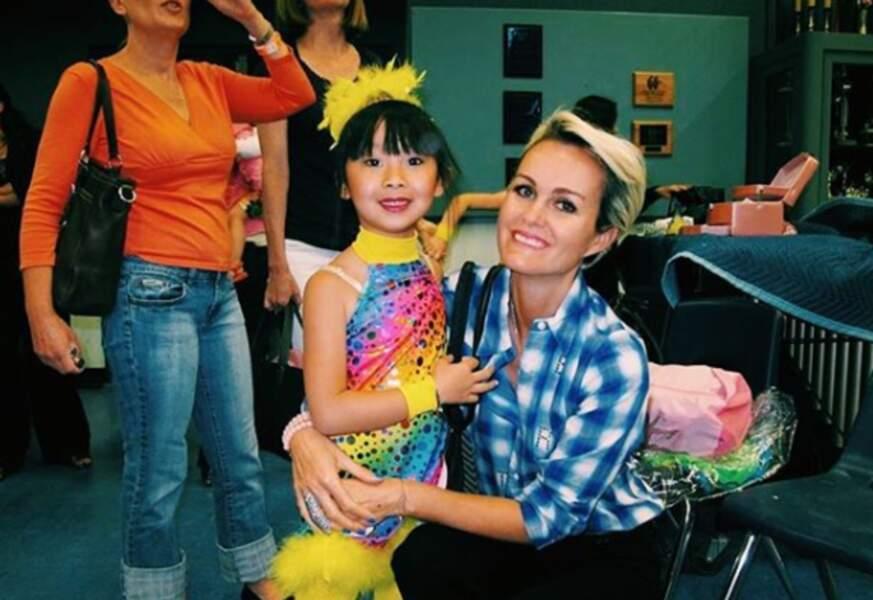 Jade Hallyday auprès de sa mère, Laeticia, habillée et maquillée pour une fête.