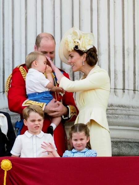"""Bonne élève du clan Windsor, Kate Middleton a tenté à plusieurs reprises de lui ôter son pouce dans la bouche, une """"vilaine"""" manie à laquelle son oncle Harry cédait au même âge."""