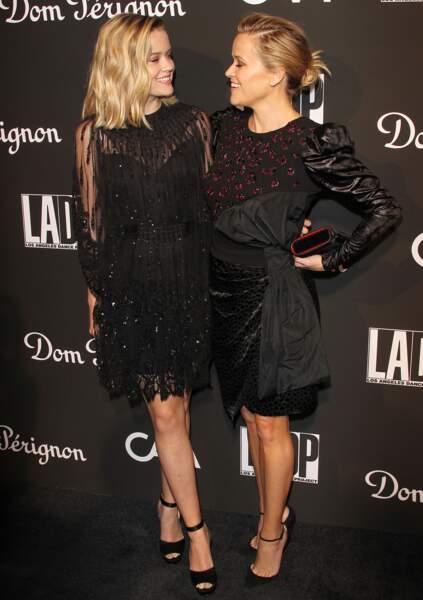 Ava Elizabeth Phillippe avec sa mère, Reese Witherspoon à Los Angeles en 2018.  Ava Phillippe participait au Bal des débutantes en 2017.