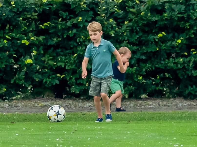 Bien qu'il pratique l'équitation, entre autres activités sportives (tennis, danse, natation...), George était surtout intéressé par un ballon dans lequel il tapait de bon coeur.
