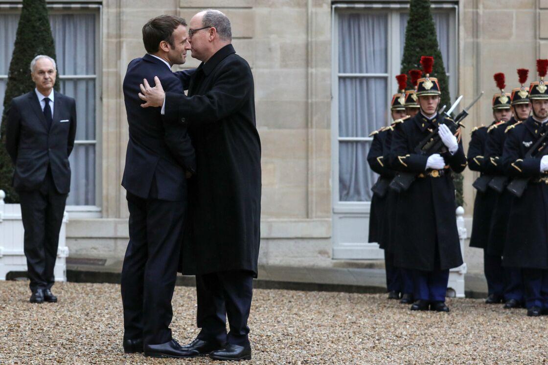 Accolade chaleureuse entre le prince Albert II de Monaco et Emmanuel Macron à l'Elysée ce vendredi 29 novembre