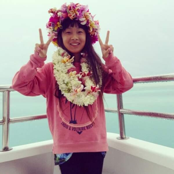 Jade Hallyday toute souriante avec son collier et sa couronne de fleurs à Bora bora en 2016.