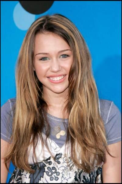 Miley Cyrus en 2006. La jeune actrice s'est fait connaître très rapidement avec la série Hannah Montana.